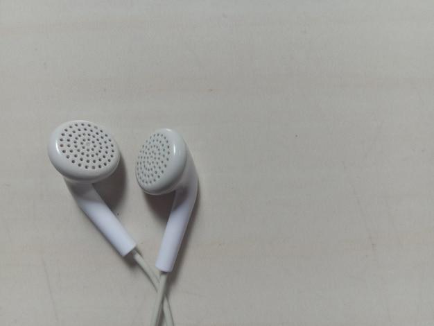 Fones de ouvido brancos em fundo branco