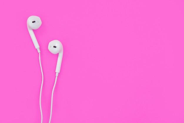 Fones de ouvido brancos em rosa