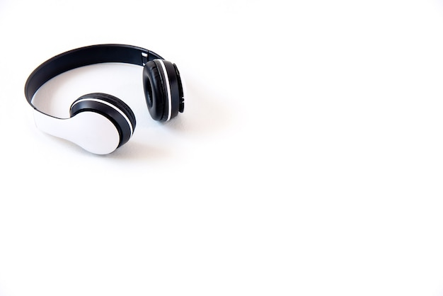 Fones de ouvido brancos isolados em um fundo branco