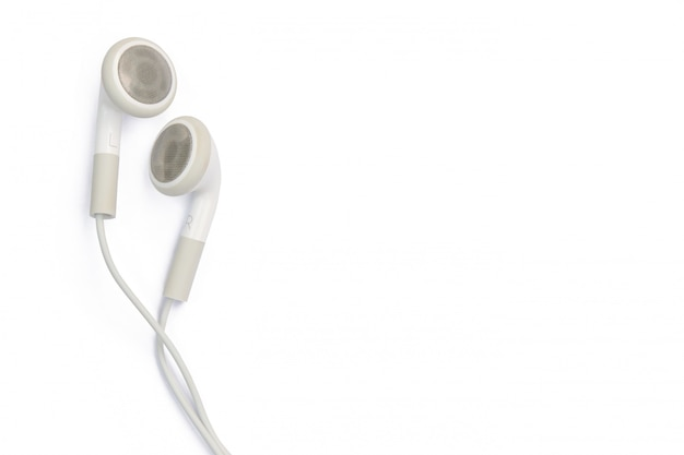 Fones de ouvido brancos isolados na parede branca