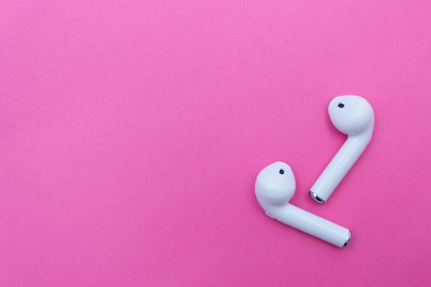Fones de ouvido brancos sem fio em rosa