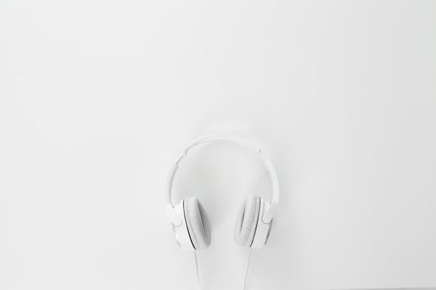 Fones de ouvido brancos