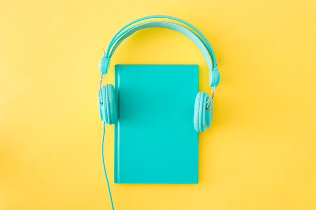 Fones de ouvido colocados no diário