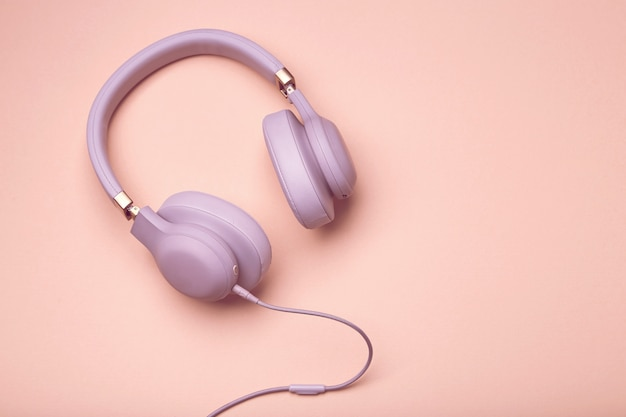 Fones de ouvido coloridos em um fundo colorido vintage