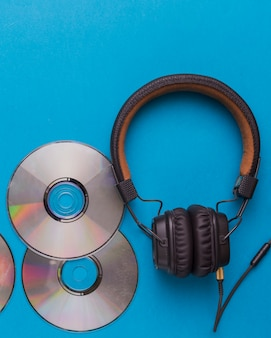 Fones de ouvido com cds de música