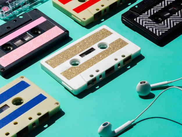Fones de ouvido com coleção de fitas cassete