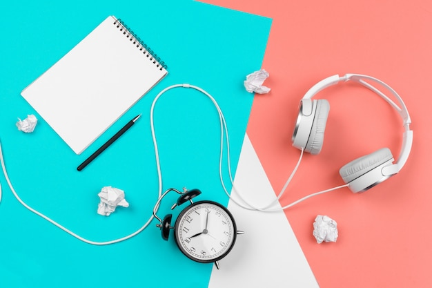 Fones de ouvido com fio, alarme e notebook