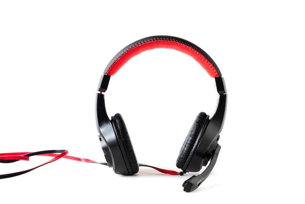 Fones de ouvido com fio com um microfone em um fundo branco.
