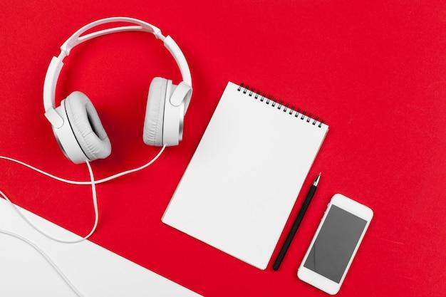 Fones de ouvido com fio na cor vermelha e branca