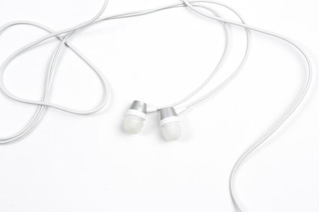 Fones de ouvido com fio no fundo branco isolado