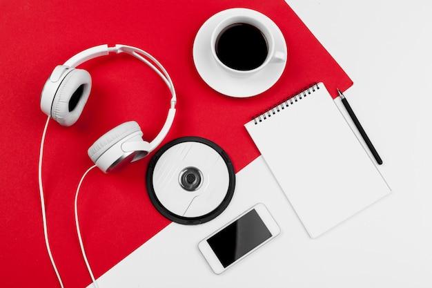 Fones de ouvido com fio no fundo de cor vermelho e branco