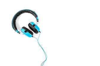 Fones de ouvido com fio sobre fundo branco