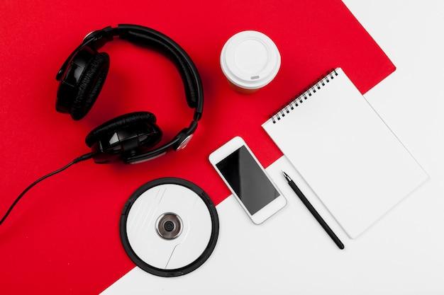 Fones de ouvido com fio vermelho e branco