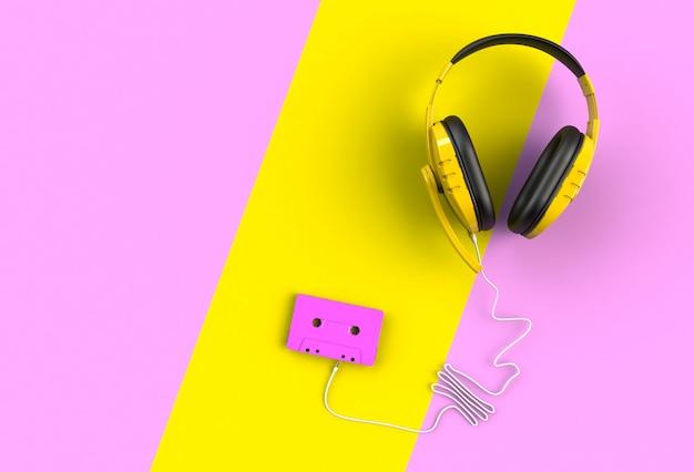 Fones de ouvido com fita cassete rosa em fundo rosa e amarelo,
