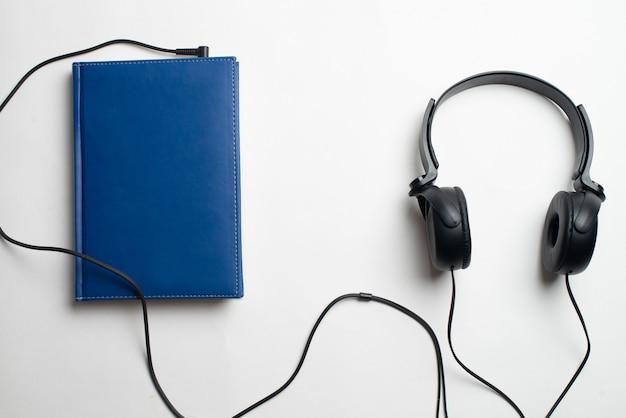 Fones de ouvido com livros
