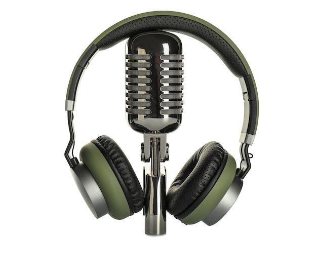 Fones de ouvido com microfone em fundo branco