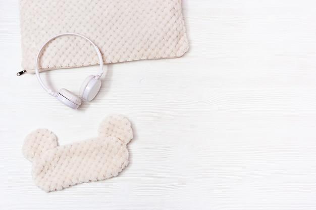 Fones de ouvido com música calma de insônia, máscara de dormir. conceito sono saudável.