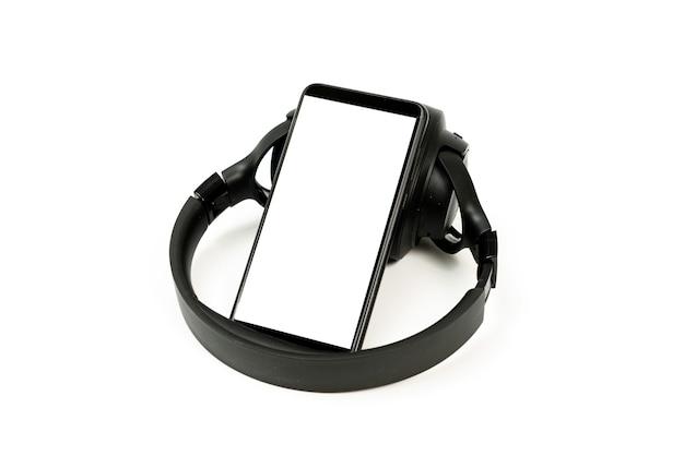 Fones de ouvido com tecnologia bluetooth em fundo branco, com telefone preto pareado para amantes da música