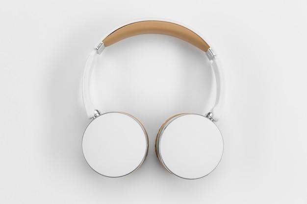Fones de ouvido com vista superior em fundo branco