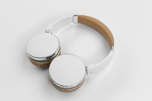 Fones de ouvido de alto ângulo em fundo branco