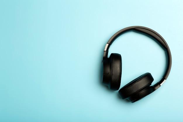 Fones de ouvido de áudio de som sem fio em um aplicativo de música de fundo colorido ouvindo podcasts de rádio e áudio.