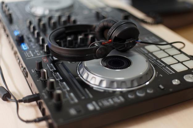 Fones de ouvido de dj de áudio e equipamento de mixagem