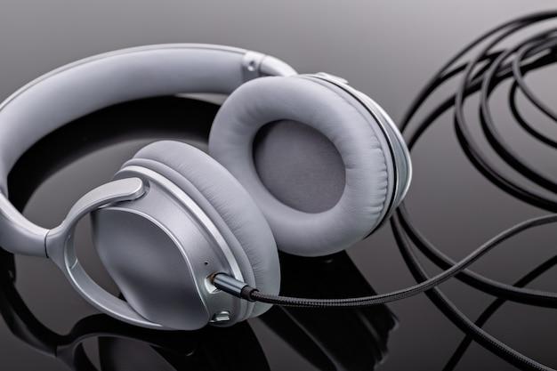 Fones de ouvido de tamanho normal. dispositivos modernos para ouvir música. tiro do estúdio.