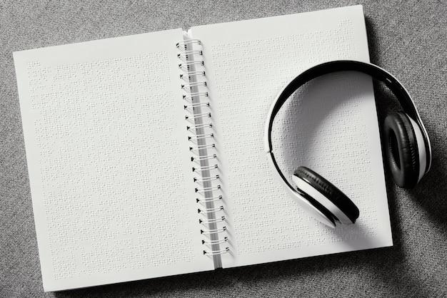 Fones de ouvido de vista superior em notebook braille