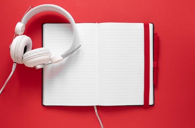 Fones de ouvido de vista superior no notebook