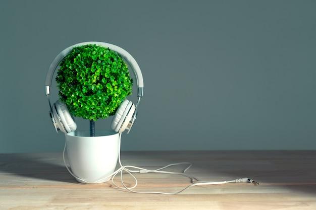 Fones de ouvido e árvore artificial