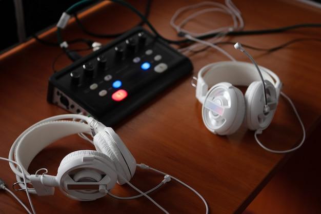 Fones de ouvido e equipamentos de mixagem de áudio para tradução simultânea.