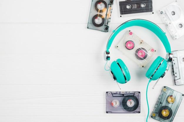 Fones de ouvido e fitas cassetes