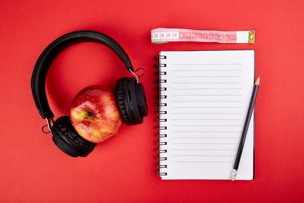 Fones de ouvido e maçã pretos