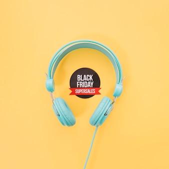 Fones de ouvido e rótulo da sexta-feira negra