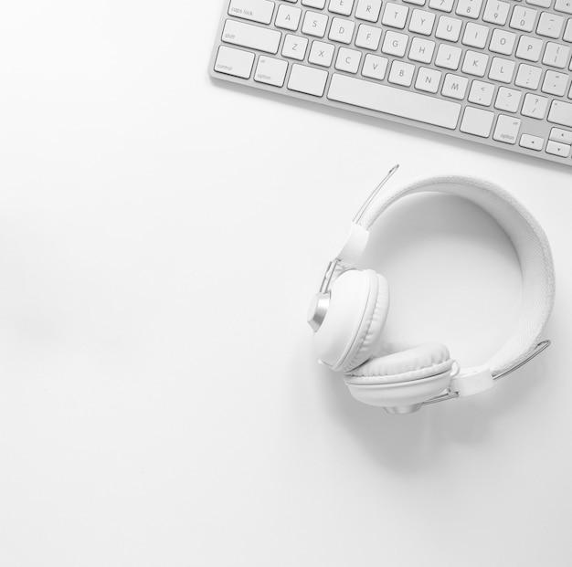 Fones de ouvido e teclado de vista superior
