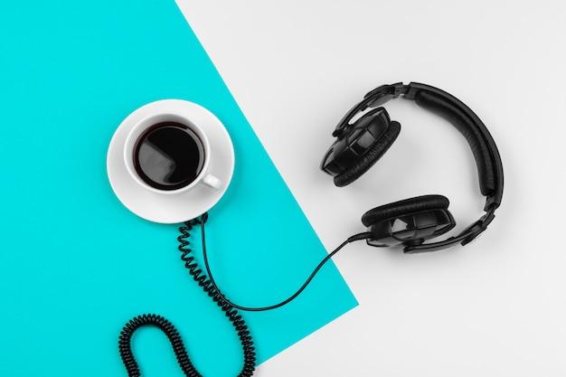 Fones de ouvido elegantes em azul e branco