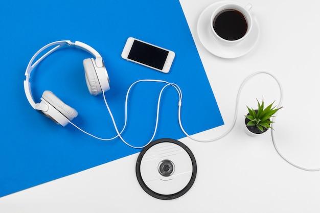 Fones de ouvido elegantes na cor azul e branco