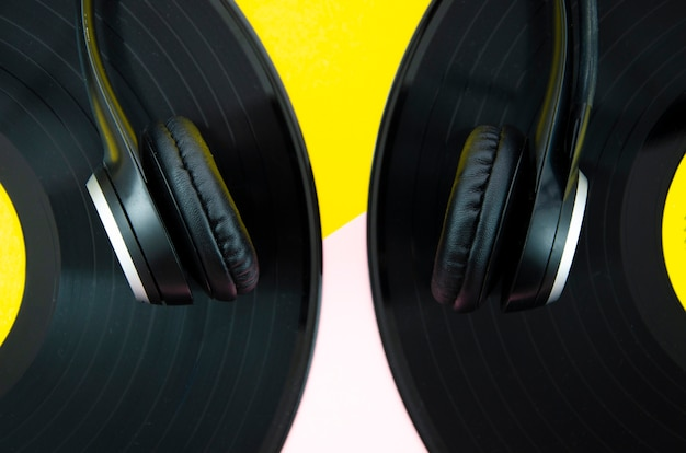 Fones de ouvido em close-up de discos de vinil