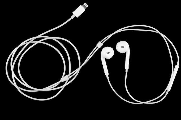 Fones de ouvido em fundo preto.