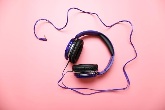 Fones de ouvido em fundo rosa