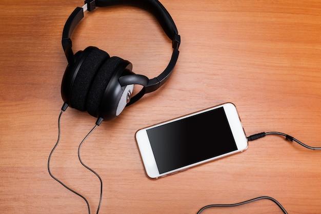 Fones de ouvido em madeira