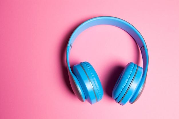 Fones de ouvido grandes em um fundo rosa