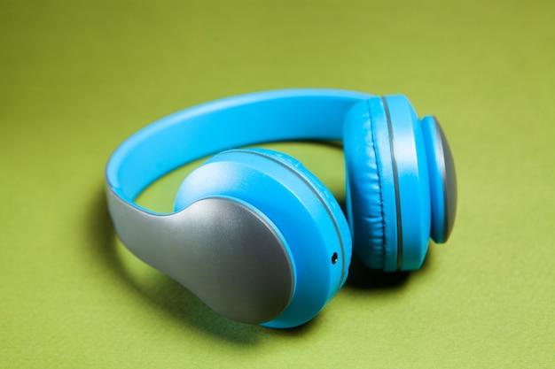 Fones de ouvido grandes em um fundo verde