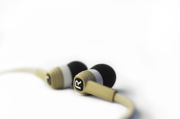 Fones de ouvido isolado no branco