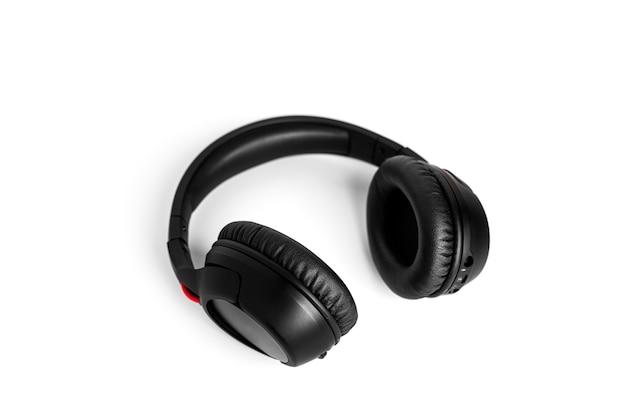 Fones de ouvido isolados em um fundo branco. fones de ouvido pretos. foto de alta qualidade