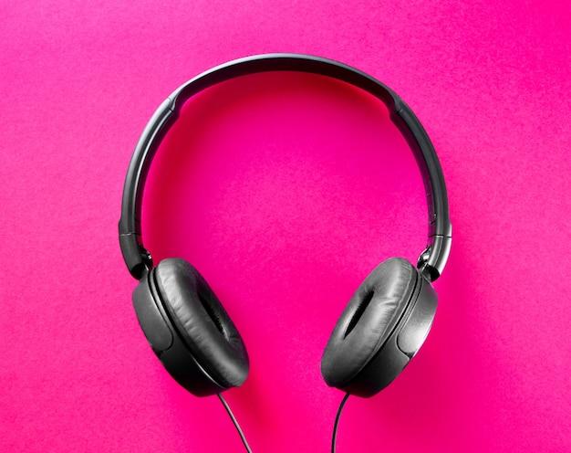 Fones de ouvido isolados em um fundo rosa