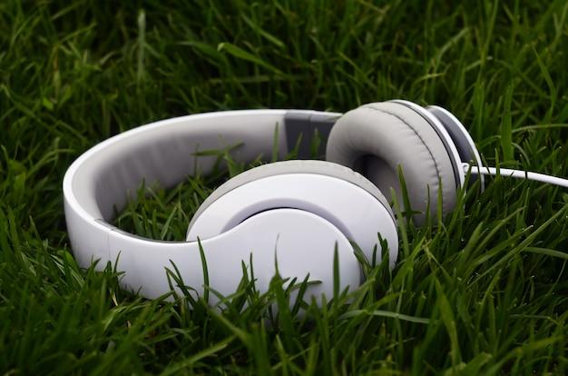Fones de ouvido na grama verde