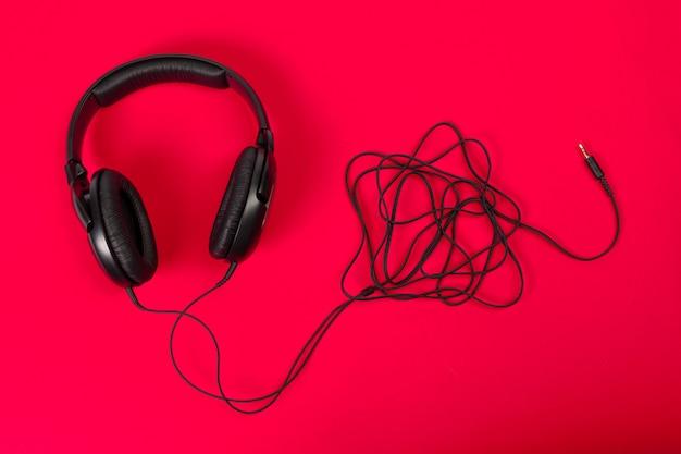 Fones de ouvido na superfície vermelha