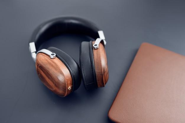 Fones de ouvido na tecnologia de laptop de mesa. foto de alta qualidade