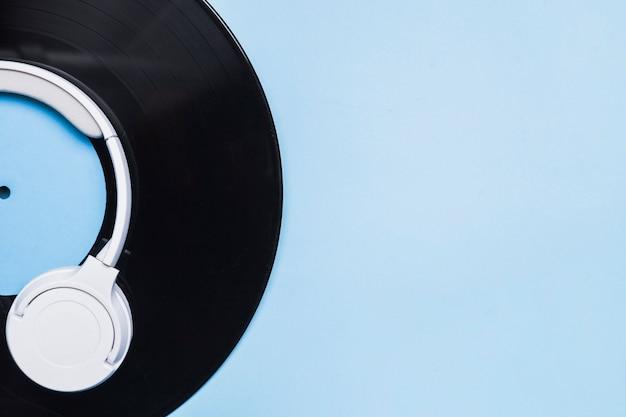 Fones de ouvido no disco de vinil de culturas